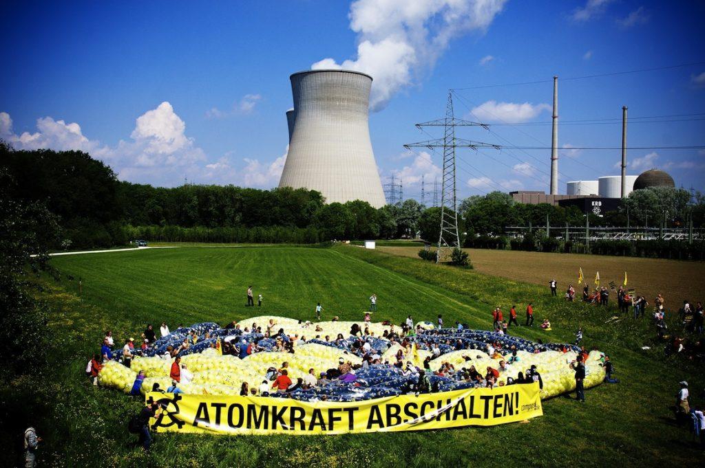 Radioaktivitätszeichen vor dem AKW