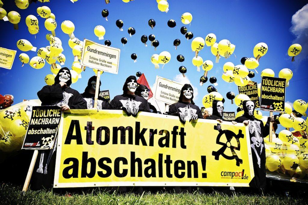 """Skelette mit Banner """"Atomkraft abschalten"""""""