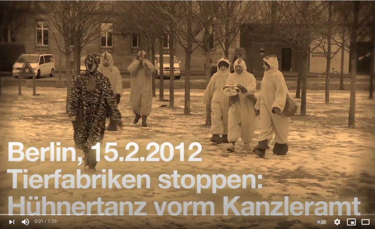 Screenshot YouTube: Hühner tanzen Ballett vor dem Kanzleramt