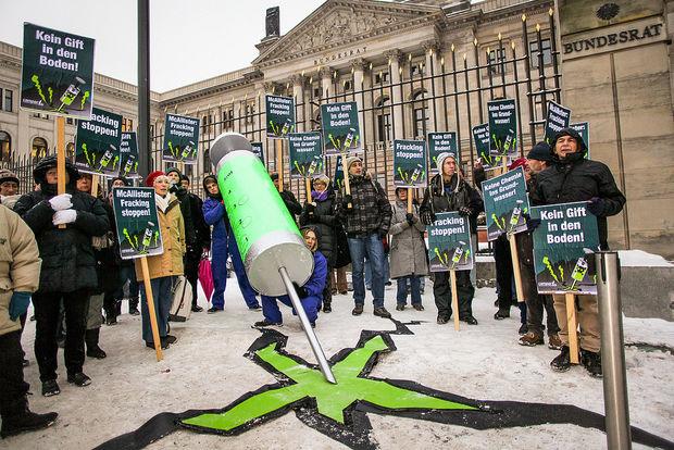 Ein Spritze voll giftig-grüner Flüssigkeit, Risse im Boden: Mit dieser Aktion zeigten wir vor dem Bundesrat die Gefahren des Fracking