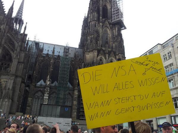Kundgebung auf dem Bahnhofsvorplatz in Köln