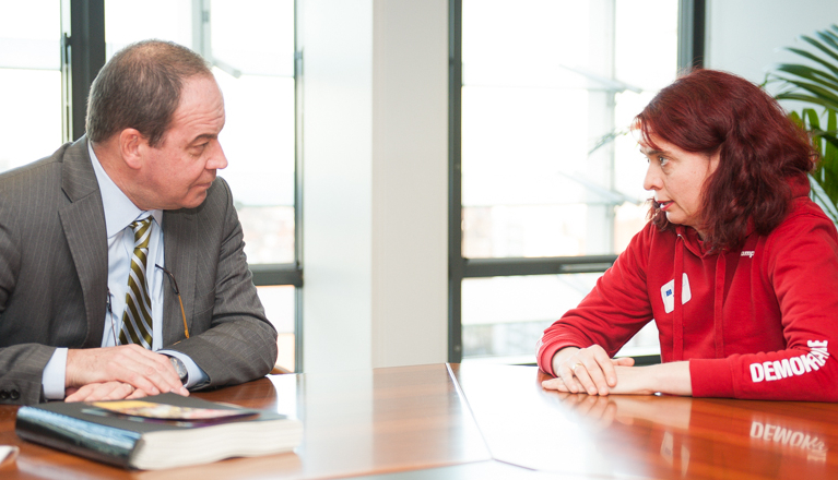 Campaignerin mit EU-Kommissar