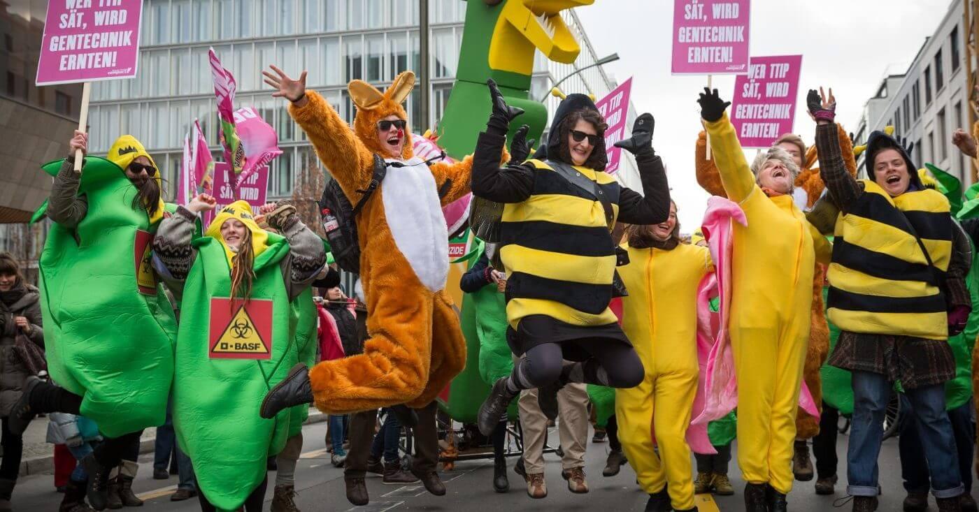 Als Bienen, Mais, Hasen und Schmetterlinge verkleidete Demonstranten protestieren gegen CETA und TTIP