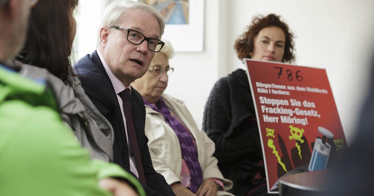 Unterzeichner/innen übergeben eine Petition zum Fracking-Gesetzentwurf an Karsten Möring (MdB) in seinem Wahlkreisbüro in Köln-Porz.