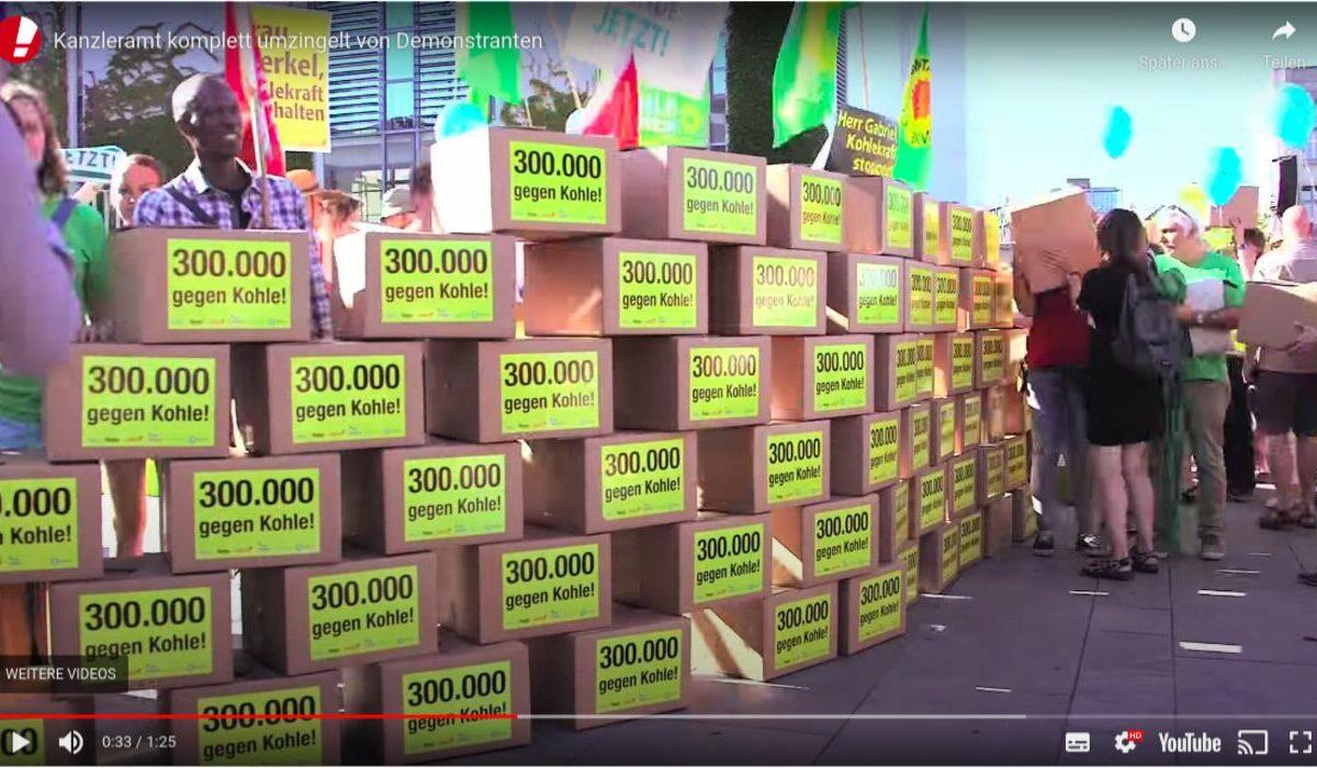 Screenshot Youtube - Campact: Kanzleramt von Demonstranten umzingelt. 300.000 gegen Kohle.