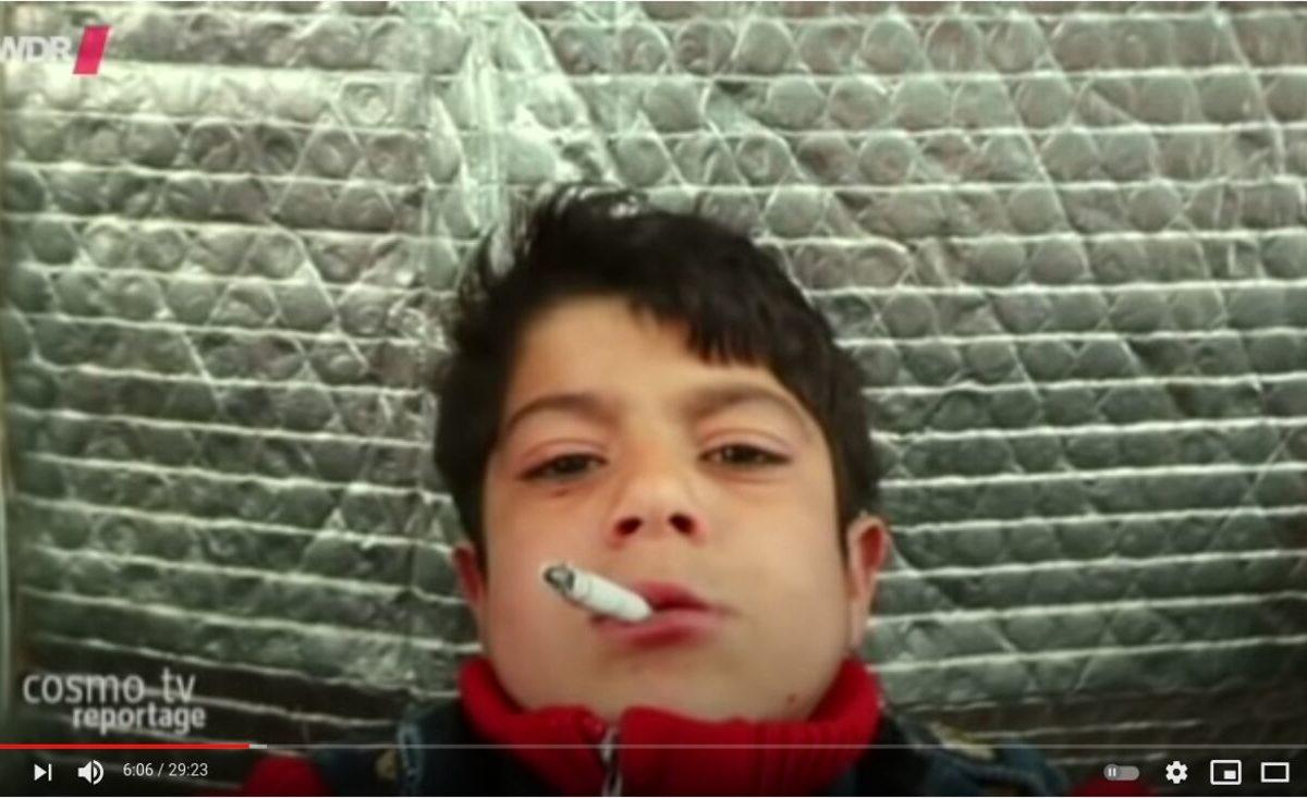 YouTube-Screenshot: Ein Junge mit Zigarette im Mund ist zu sehen
