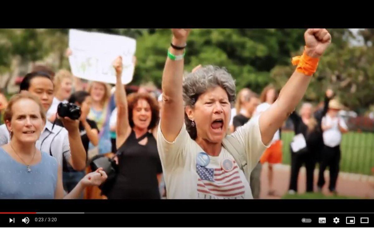 YouTube-Screenshot: Eine Person hebt jubeln die Arme