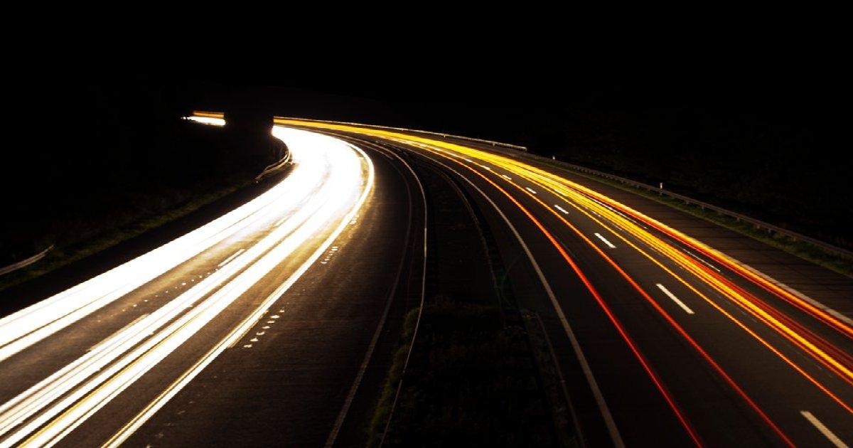 Eine Autobahn bei Nacht: Würde sie privatisiert, zahlen Steuerzahler indirekt Milliarden an Allianz, Deutsche Bank und Co..