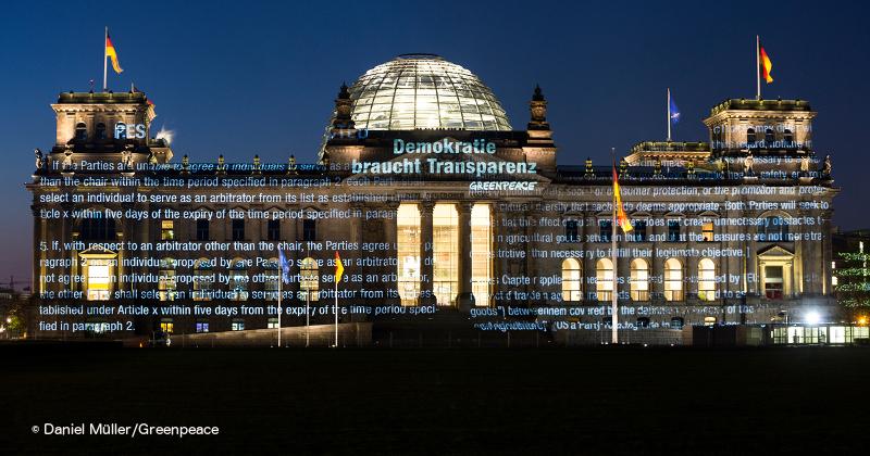 Projektion der TTiP-Papiere an der Fassade des Deutschen Bundestags, Berlin. Foto: Daniel Müller/Greenpeace