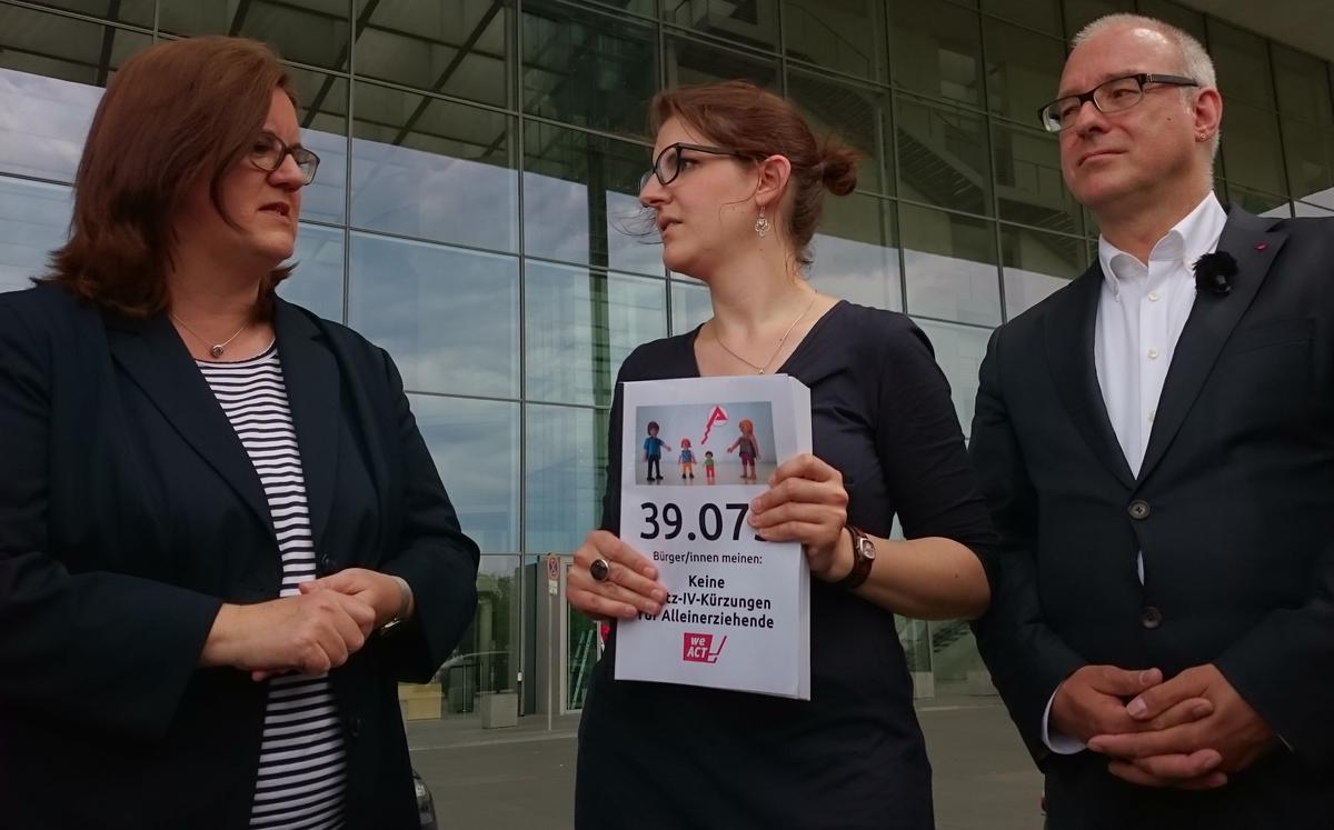 Anna Petri-Satter übergibt 39.000 Unterschriften gegen Hartz-IV-Kürzungen an Kerstin Griese (SPD) und Matthias Birkwald (Die Linke)