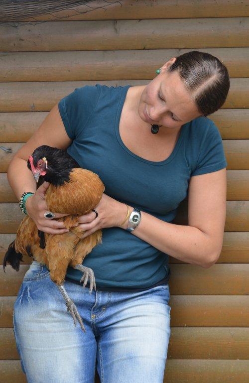 Janine mit Huhn