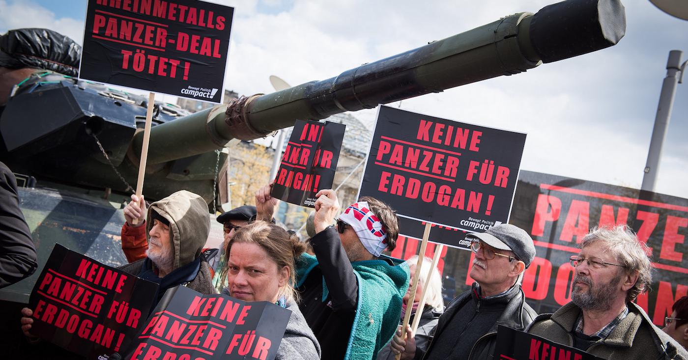 Mit einem ausgemusterten Rheinmetall-Panzer protestieren Campact-Aktive gegen Pläne des Konzerns, eine Panzerfabrik in der Türkei zu bauen.
