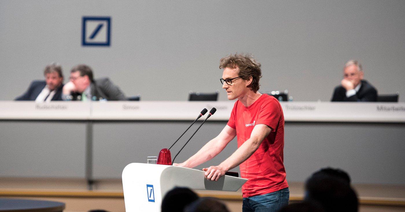 Campact-Campaigner Gerald Neubauer redet auf Deutsche Bank Hauptversammlung