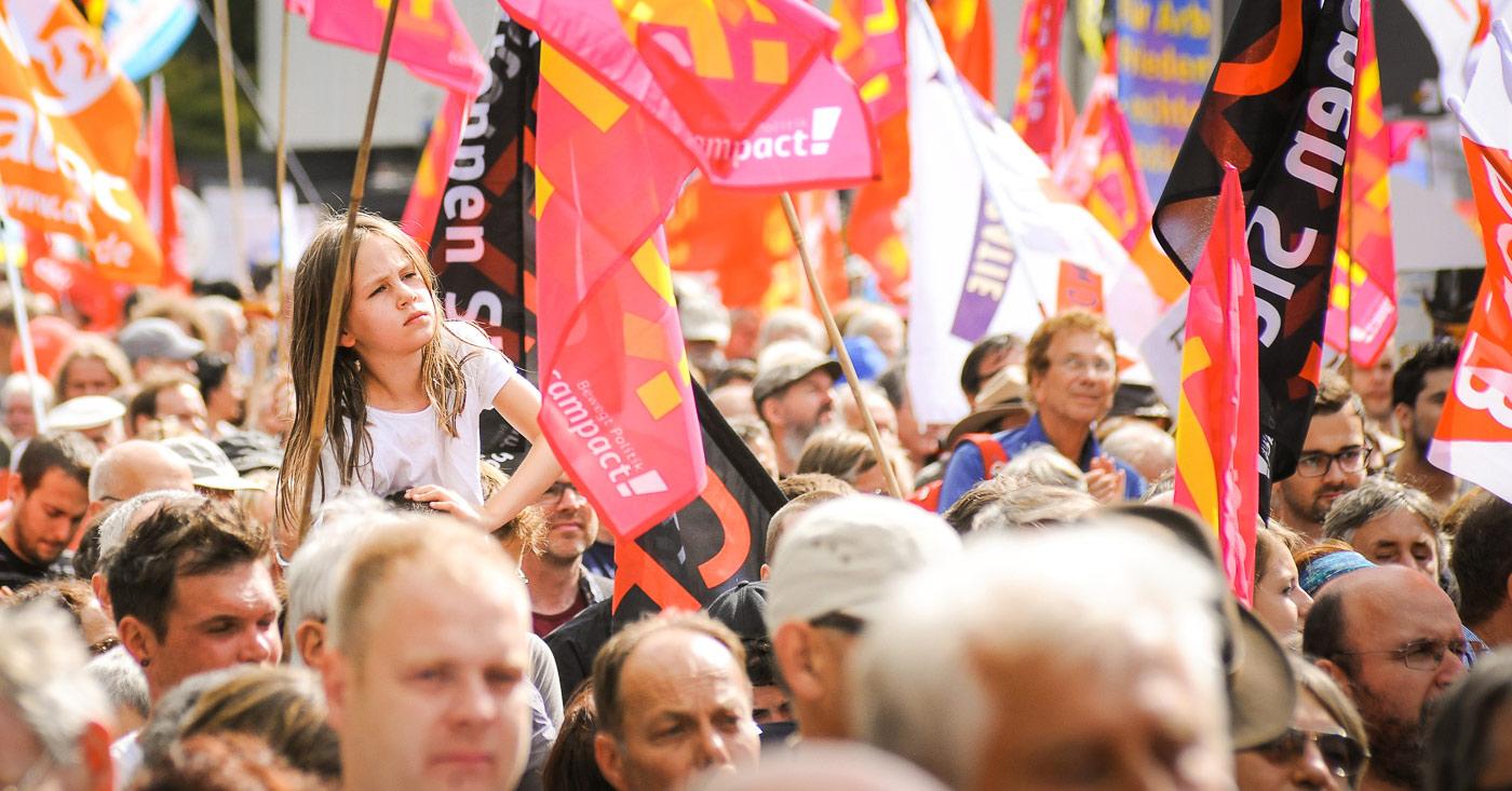 Das Bild zeigt eine demonstrierende Menschenmenge