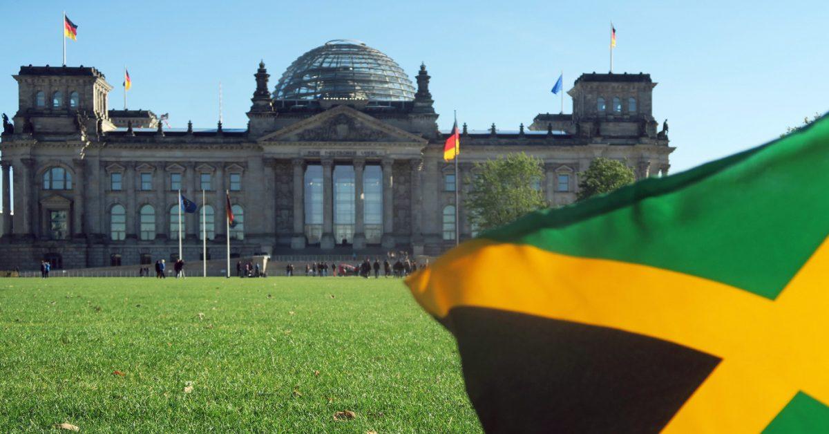 Symbolbild Jamaika-Koalition, schwarz, grün, gelb. Der Reichstag und eine Fahne von Jamaika, aufgenommen am 09.10.2017 in Berlin-Tiergarten. Nach der Bundstagswahl könnte eine Koalition aus CDU, Die Grünen, FDP entstehen. Foto: XAMAX/dpa