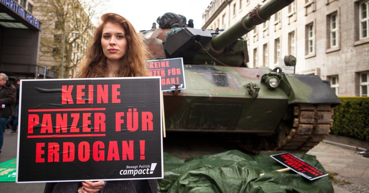 Campact-Aktive demonstrieren gegen Rheinmetalls Panzerfabrik-Pläne; Foto von Jakob Huber/Campact