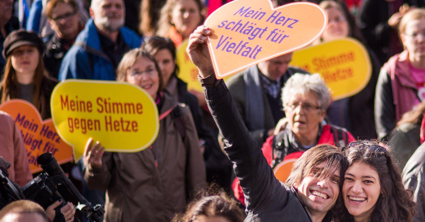 Chris Grodotzki / Campact (CC BY-NC). Demo in Berlin gegen Hass und Rassismus im Bundestag (Oktober 2017)