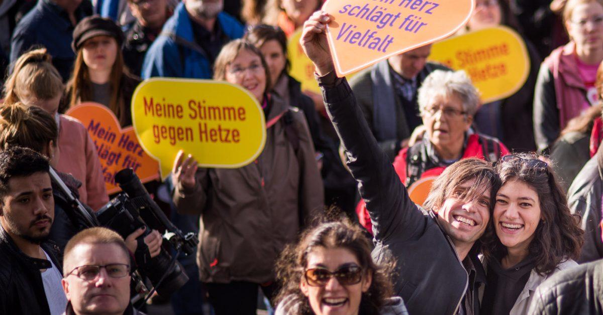 Chris Grodotzki / Campact (CC BY-NC). Demo in Berlin gegen Hass und Rassismus im Bundestag (Oktober 2017) Rechtsextremismus, Anschlag, Berichterstattung, Halle