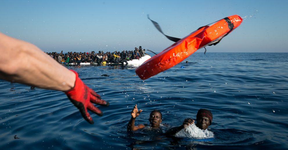 Freiwillige Seenotretter bergen Geflüchtete aus dem Mittelmeer