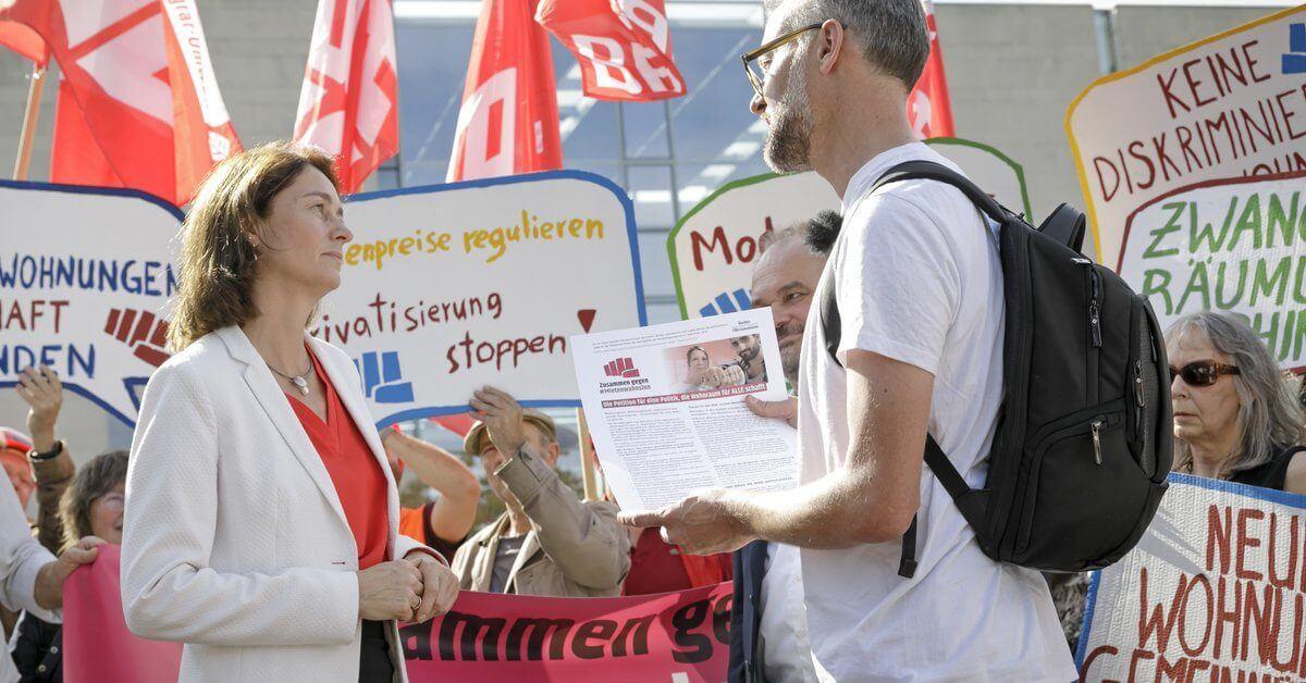 Das #Mietenwahnsinn - Bündnis übergibt über 70.000 Unterschriften an Justizministerin Katarina Barley (SPD)