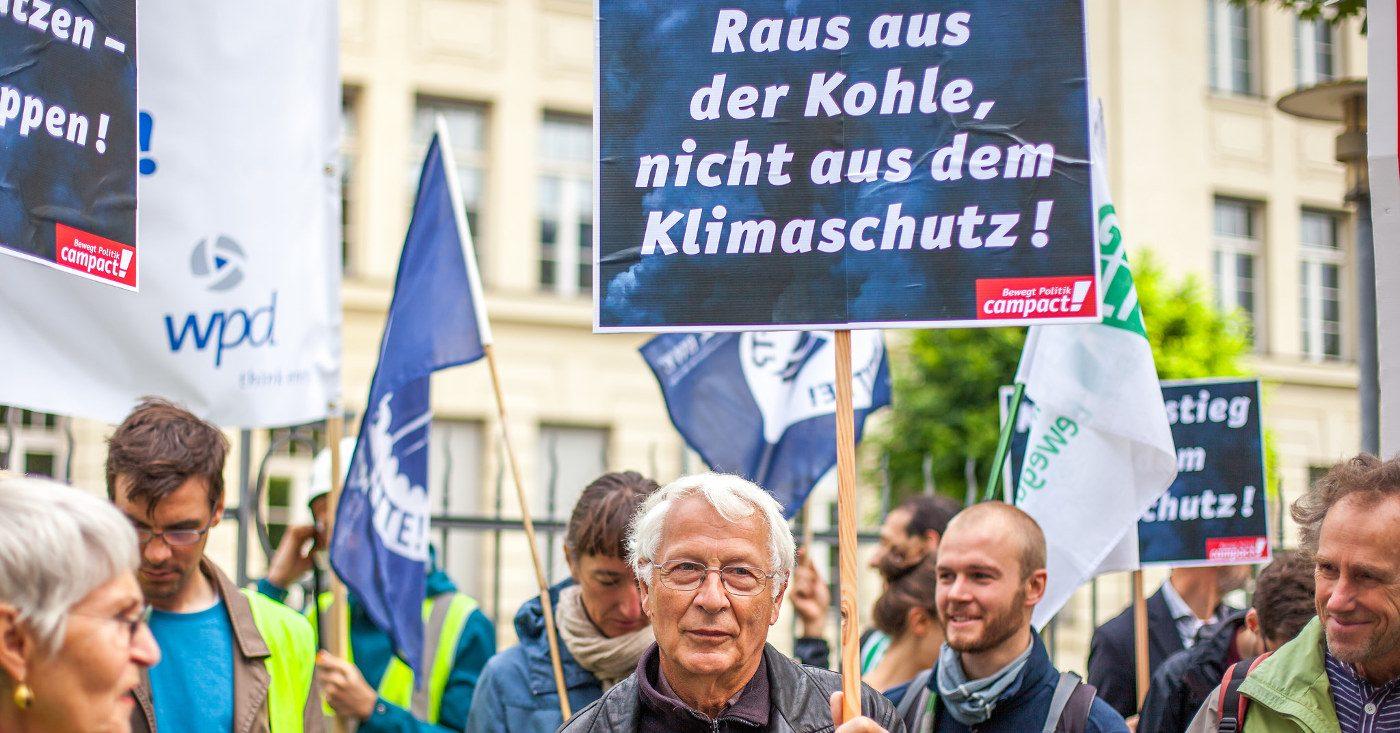 Protest vor dem Brandenburger Landtag. Foto: CC-BY-ND Jakob Huber/Campact Frei zur Nicht-Kommerziellen Nutzung (siehe creative commons-Lizenz). Für kommerzielle Verwendung wenden Sie sich bitte an jakob_huber@web.de
