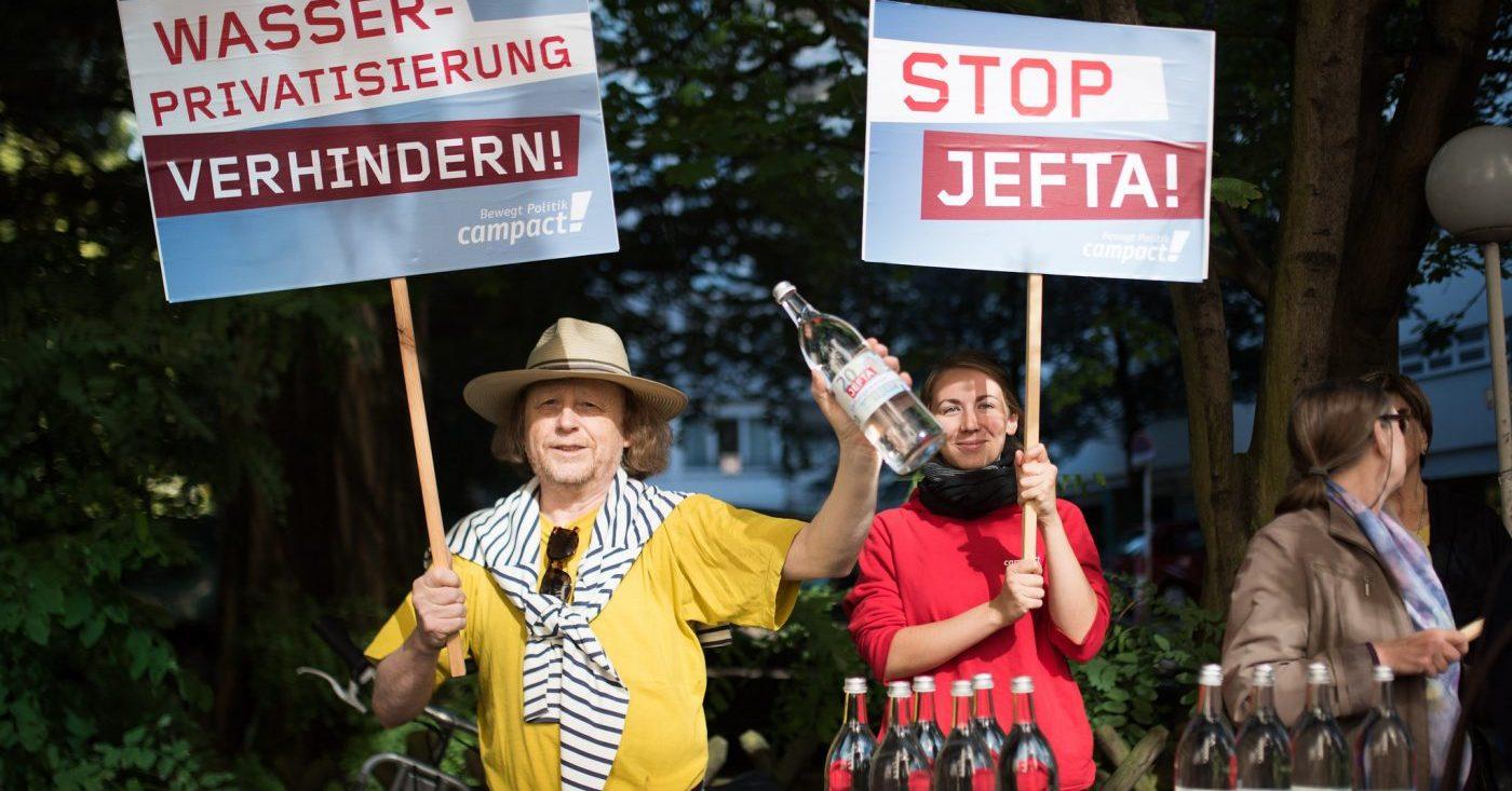 Menschen protestieren gegen JEFTA und Wasserprivatisierung