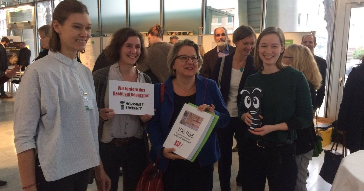 Petentinnen übergeben über 112.000 Unterschriften an Umweltministerin Schulze (SPD)