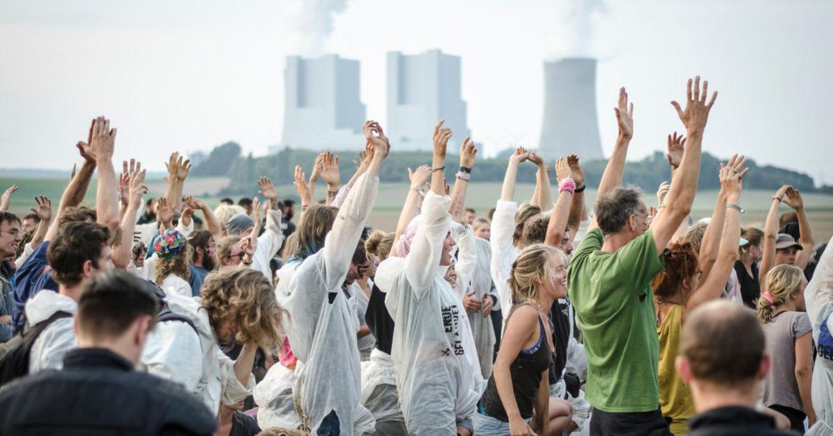 Blauer sog. Finger der Ende-Gelände Aktionstage im Rheinland auf dem Weg zu den Schienen der Kohlezüge bei Neurath.