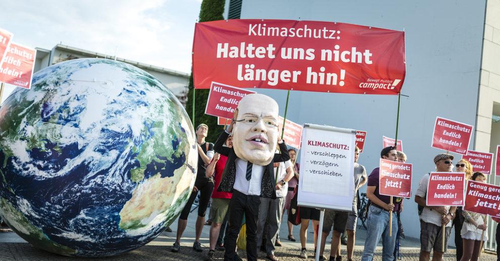 Klimaschutz: Haltet uns nicht länger hin. Campact-Aktion beim Klimakabinett
