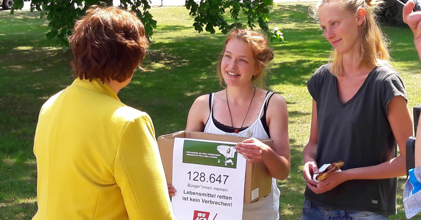 Caro und Franzi überreichen die Unterschriften ihrer WeAct-Petition