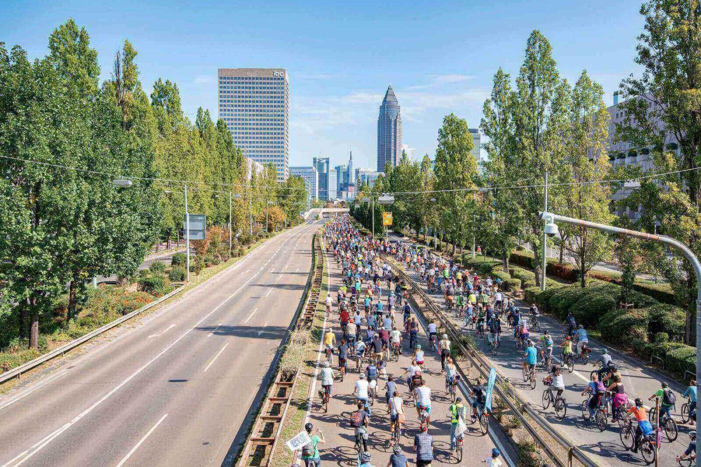 Tausende Radfahrer auf der Autobahn nach Frankfurt