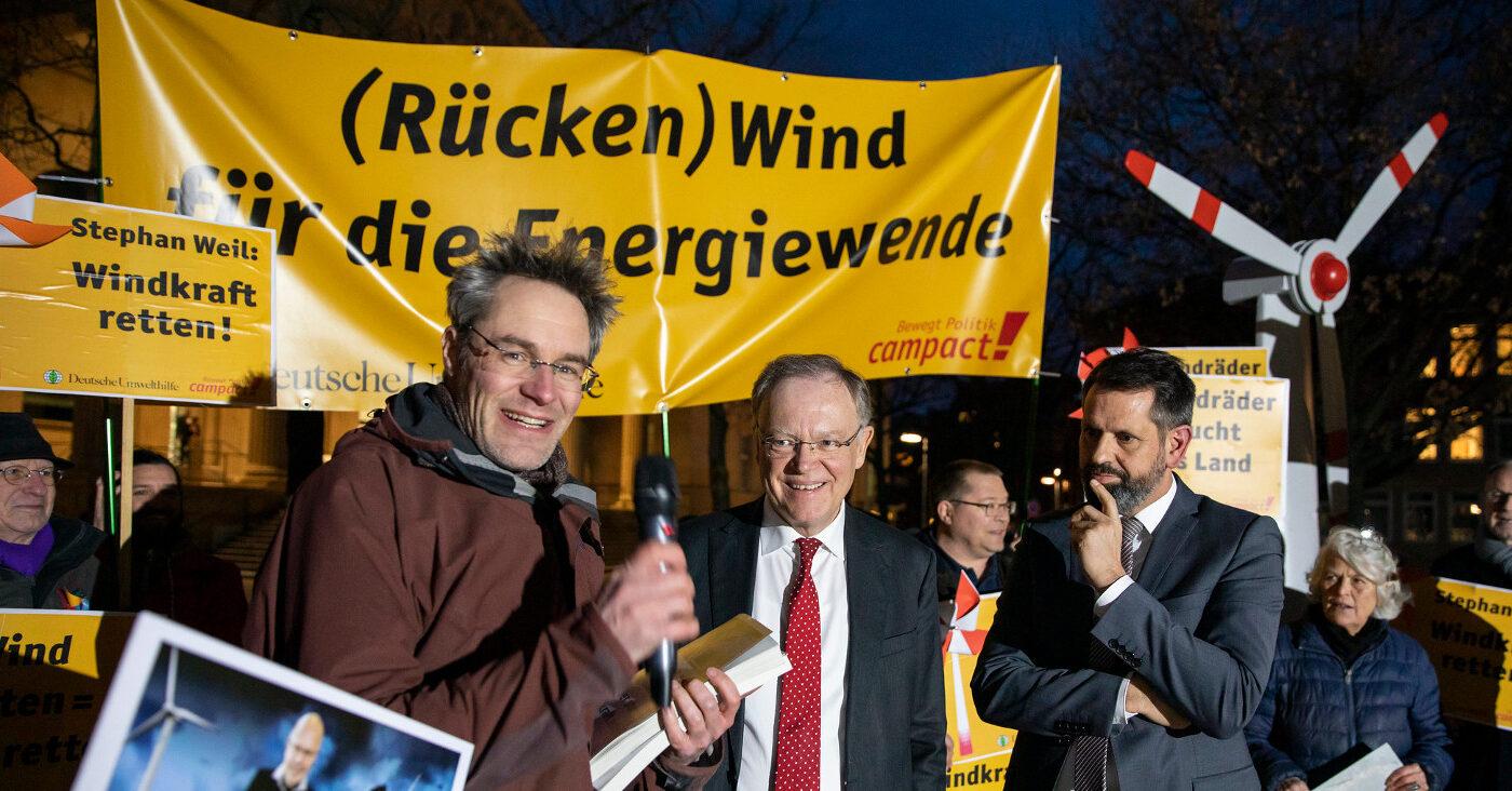 Christoph Bautz übergibt einen Windkraft-Appell an Ministerpräsident Weil
