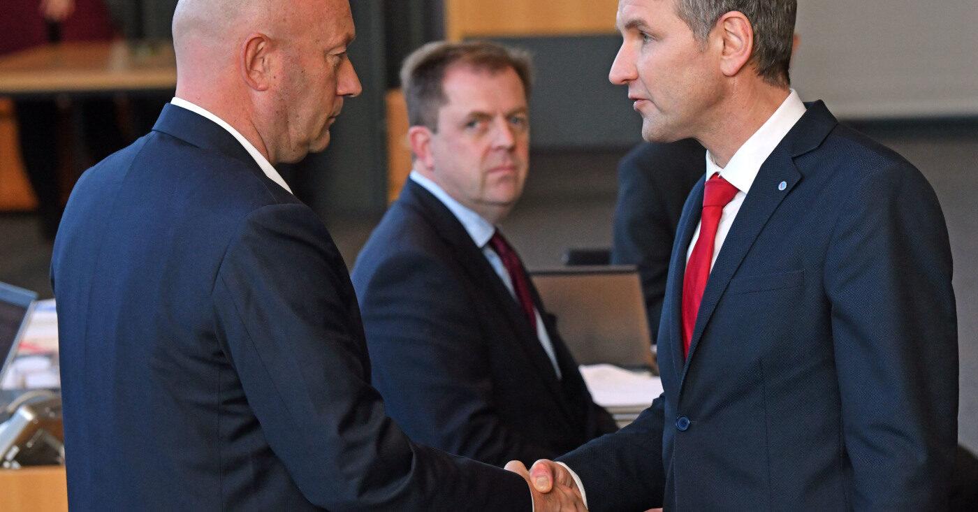 Thüringen: Fraktionsvorsitzender der AfD, gratuliert Thomas Kemmerich (l., FDP), dem neuen Thüringer Ministerpräsidenten. Kemmerich muss zurücktreten!