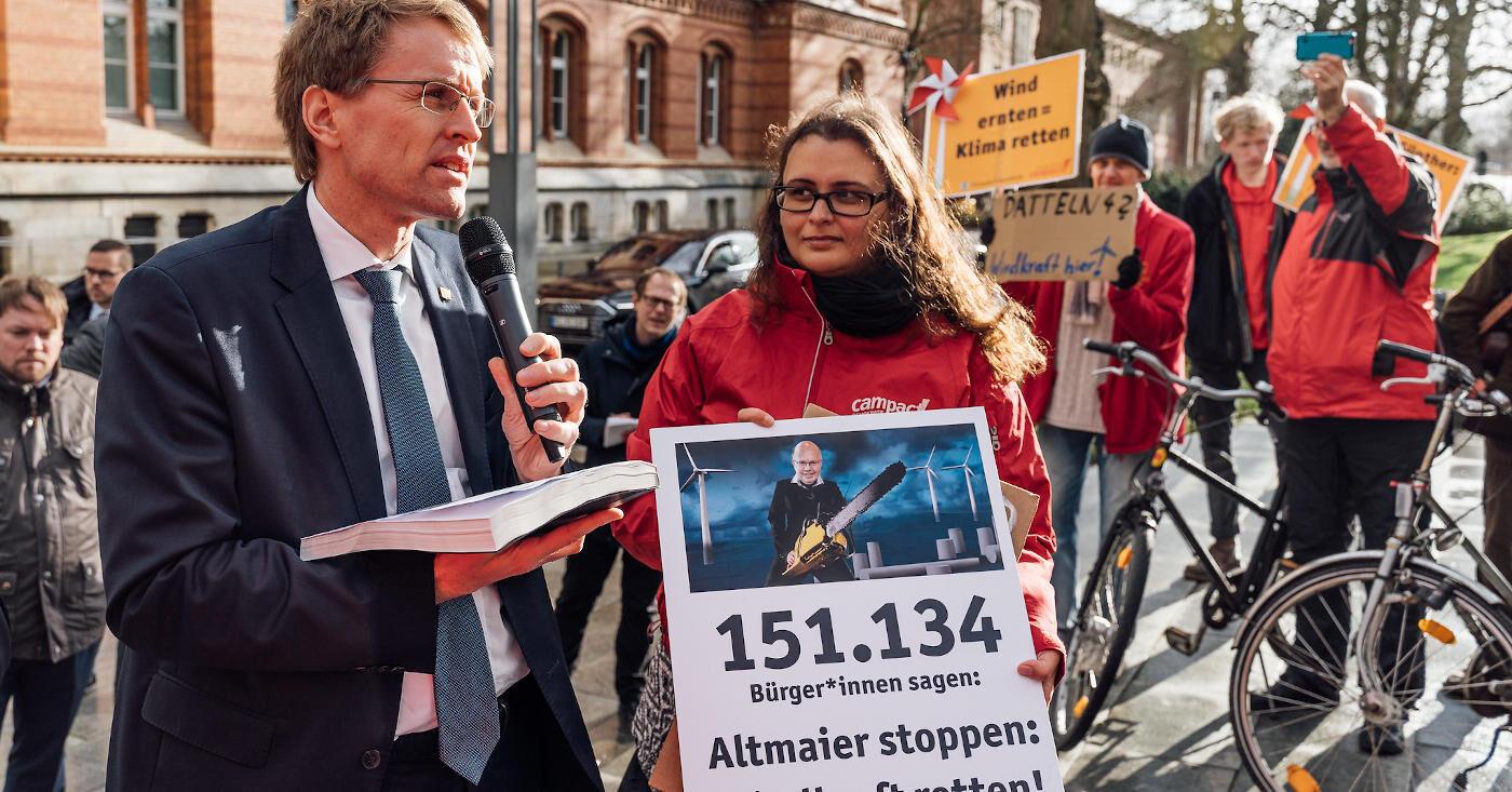 Campact-Unterstützer*innen überreichen Ministerpräsident Daniel Günther (CDU) 150.000 Unterschriften zur Rettung der Windkraft