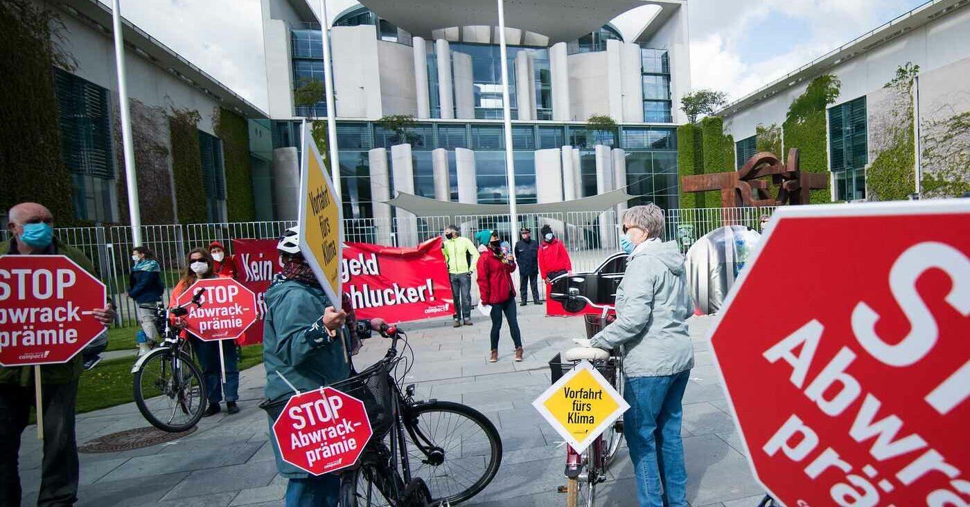Campact-Unterstützer*innen demonstrieren vor dem Bundeskanzleramt gegen die Abwrackprämie