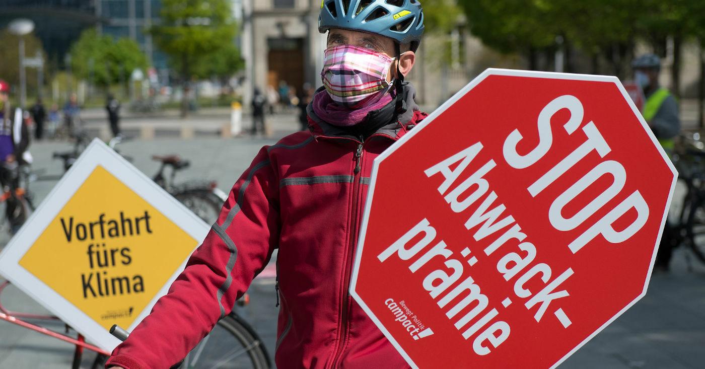 Mann mit Schild: Stop Abwrackprämie