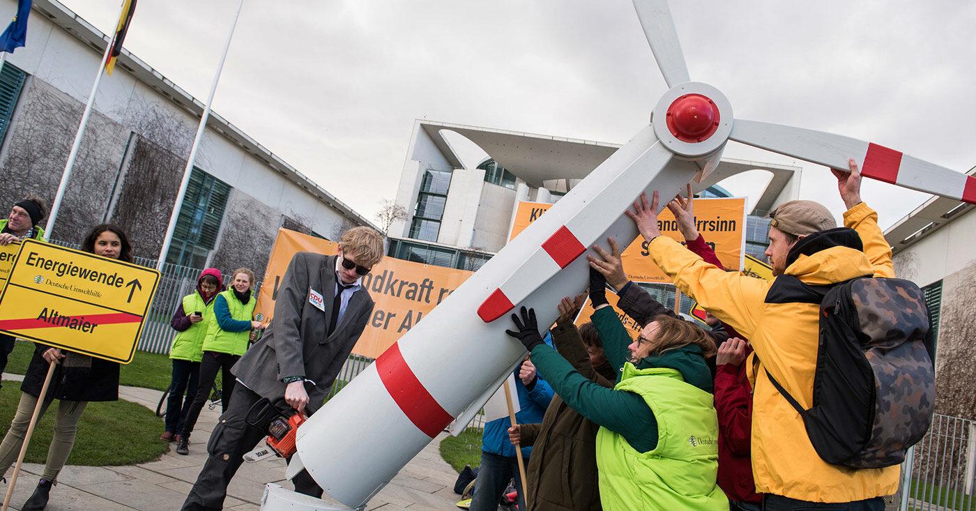 Protest vor dem Kanzleramt gegen den Mindestabstand für Windräder.