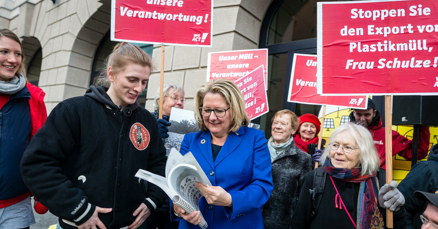 Max Hoffschmidt übergibt Unterschriften gegen Plastikexporte an Umweltministerin Svenja Schulze