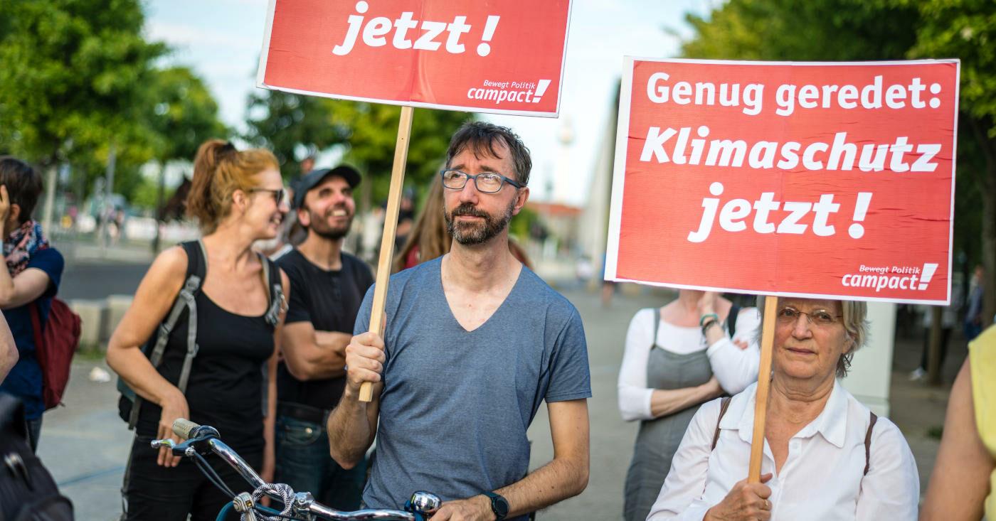 Campact-Unterstützer*innen demonstieren für mehr Klimaschutz