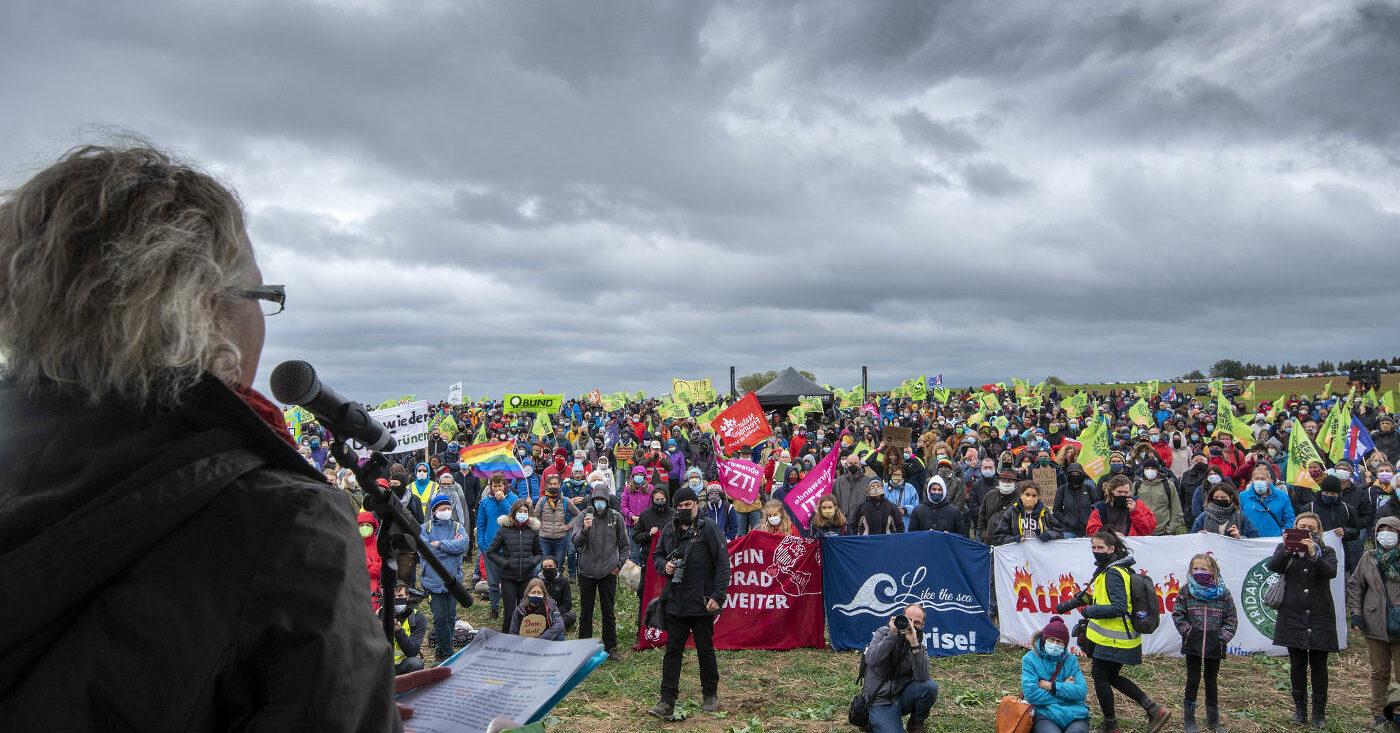 Menschen demonstrieren für den Erhalt des Dannenröder Walds