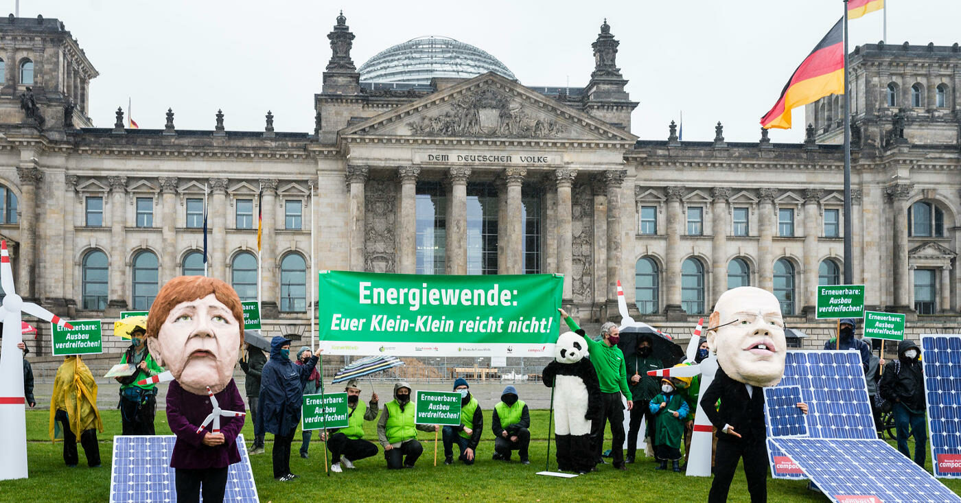 Campact-Unterstützer*innen protestieren für Erneuerbare Energie