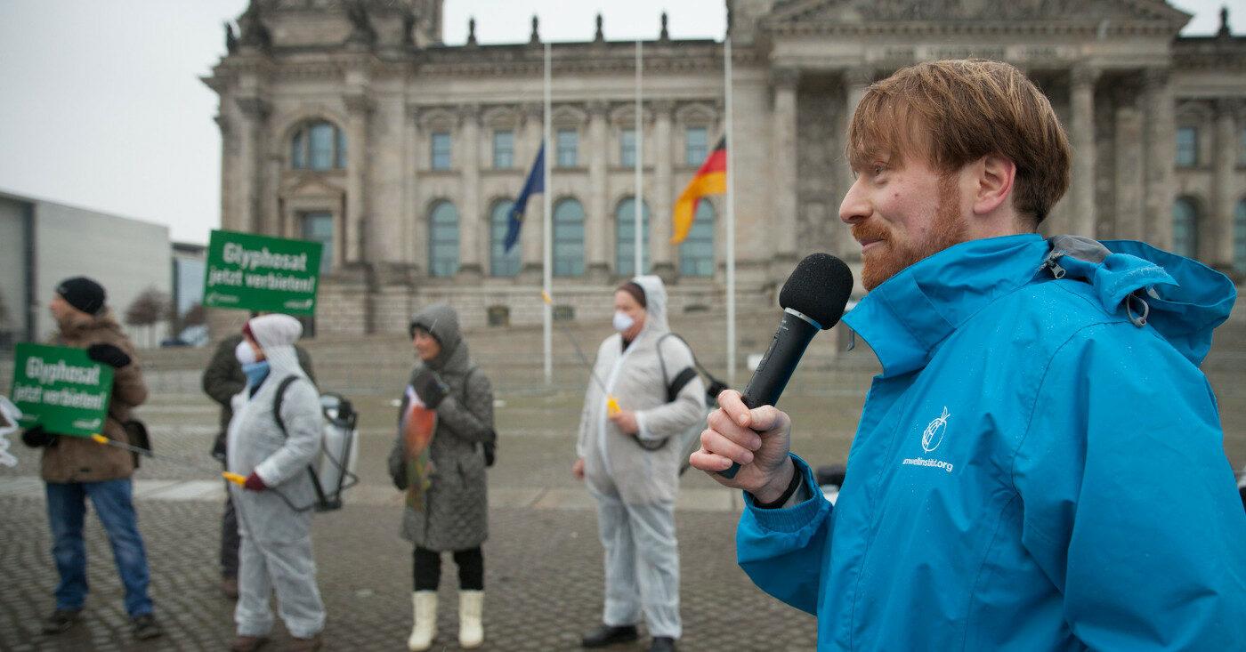 Der Aktivist Karl Bär bei einer Protest-Aktion.