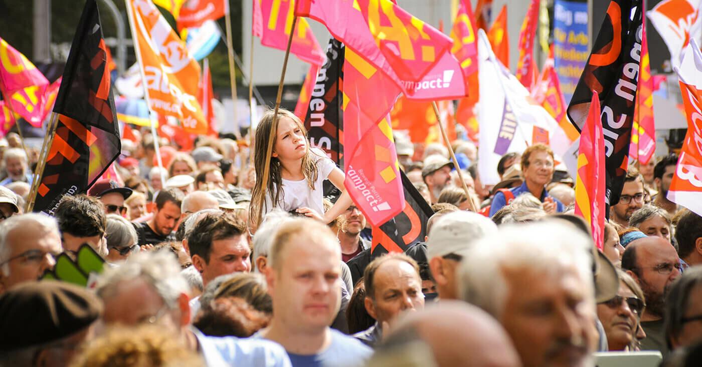 Campact bewegt Politik: Menschenmasse mit Campact-Fahnen