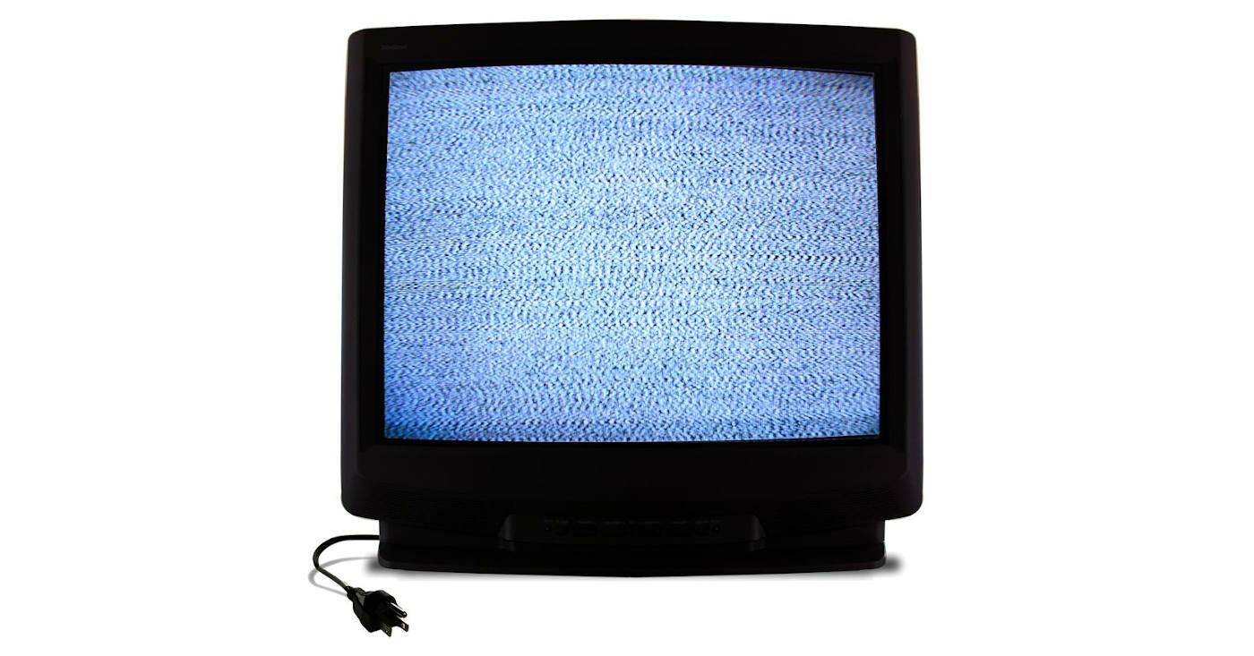 Ein Röhrenfernseher mit Stecker, der Bildrauschen anzeigt
