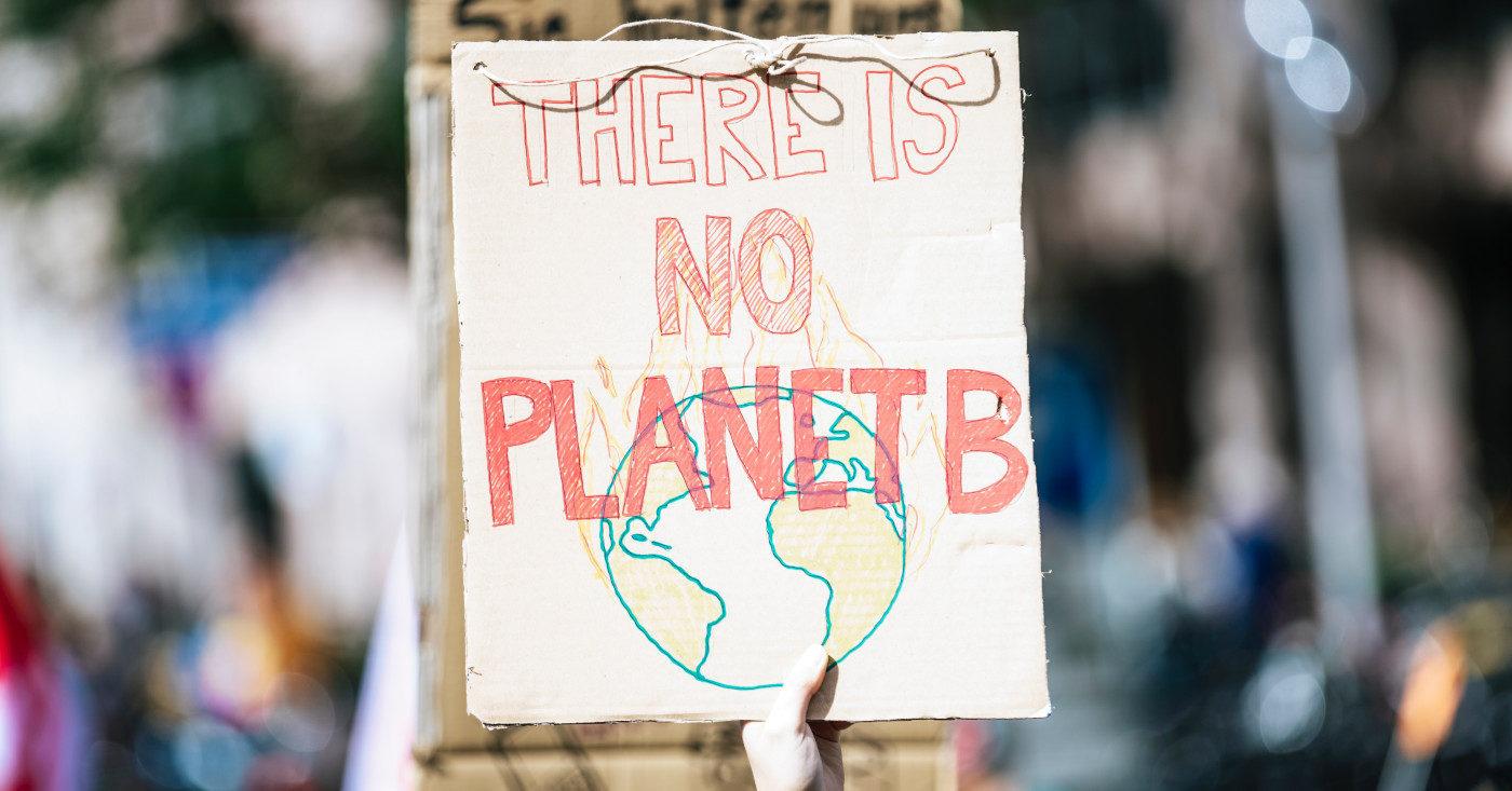 YouTube-Screenshot: Ein Plakat beim Klimastreik. Darauf ist zu lesen: There is no Planet B. Campact macht die Landtagswahl in Baden-Württemberg zur Klimawahl - mach mit!