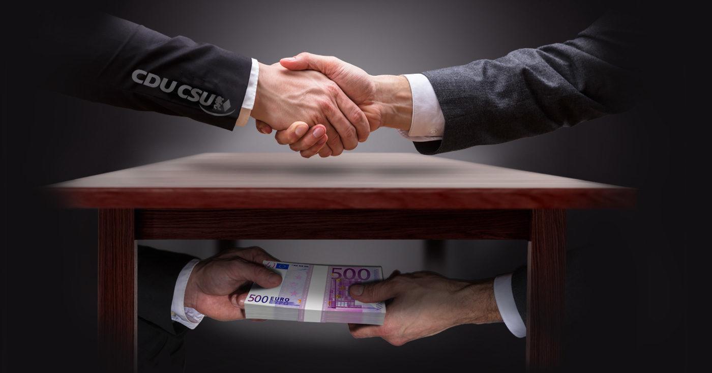 Es wird ein Handschlag von zwei Personen im Anzug abgebildet, die sich gleichzeitig und dem Tisch ein Bündel 500-Euro-Scheine reichen. Auf dem einen Anzugärmel wurde CDU CSU abgedruckt