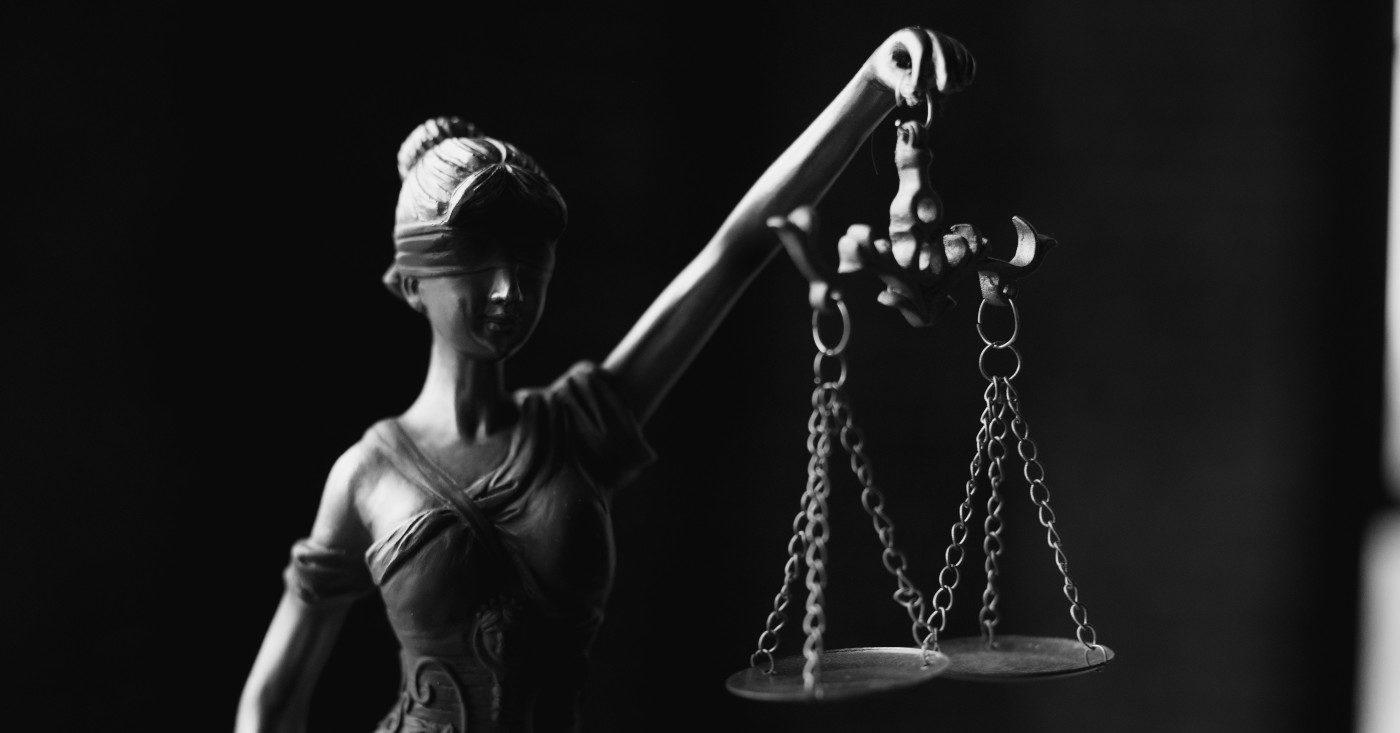 Schwarz-weiß Abbildung von Justizia – der Energiecharta-Vertrag ermöglicht es Konzernen, vor geheimen Gerichten gegen Staaten zu klagen.