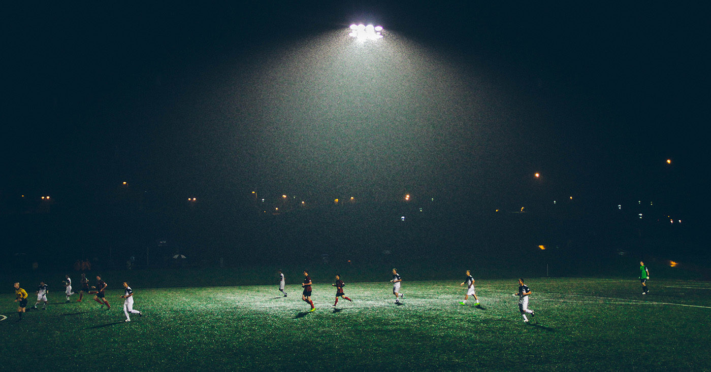 Fußballer bei Nacht auf dem Fußballfeld