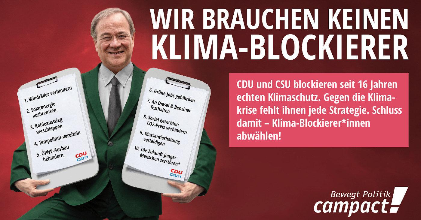 Armin Laschet (CDU) hält zwei große Klemmbretter, mit zehn Punkten, wie die Union den Klimaschutz verhindert.