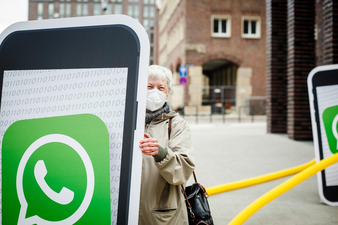 Campact-Aktive demonstrieren gegen die neuen WhatsApp-Nutzungsbedingungen vor der Facebook-Zentrale in Hamburg